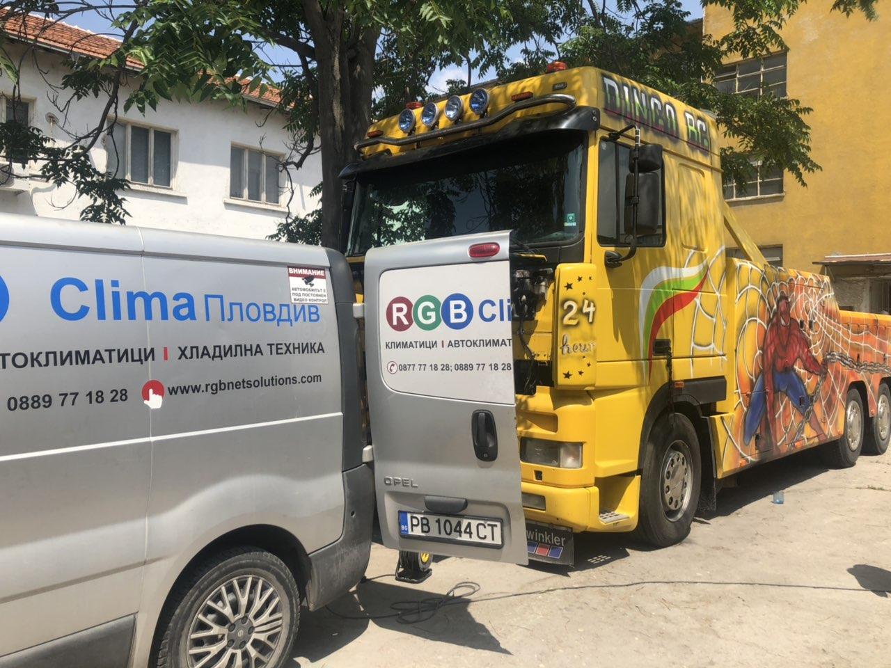 Зареждане на атоклиматик на камион с нашия специализиран микробус